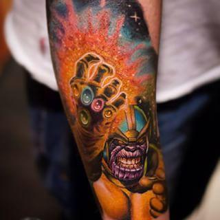 Um furioso Thanos com sua Manopla do Infinito. | 31 tatuagens da Marvel que vão fazer você querer virar um super-herói