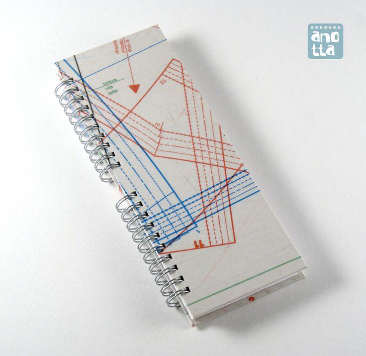 Libreta hecha a mano reciclando viejos patrones de costura de la revista «Burda».