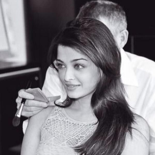 Unseen black n white of gorgeous Aishwarya during make up session (Aishwarya Rai Fans)