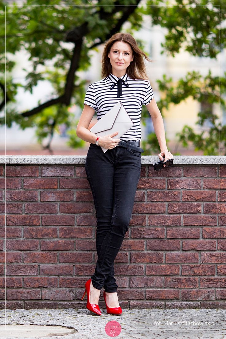 Bluzka w paski, czarne dżinsy rurki i czerwone szpilki - #stylizacja z białą kopertówką.  Striped shirt and black trousers outfit with red high-heels and white purse.    http://dorota.in/bluzka-w-paski-czarne-dzinsy-i-czerwone-szpilki-stylizacja-z-kopertowka/    #outfit #moda #outfitideas #fashion #styl #style