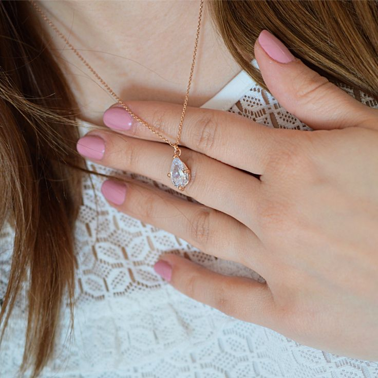 Naszyjnik z kryształem swarovski. Cena:129zł. Kup na: https://laoni.pl/zloty-nszyjnik-vintage-z-krysztalowa-lezka #swarovski #kryształ #naszyjnik #złoty #biżuteriaślubna