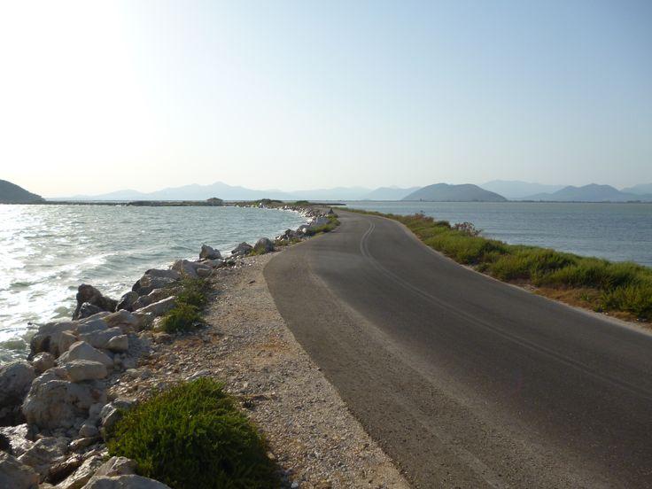 Ο δρόμος για την Κορωνησία, στον Αμβρακικό κόλπο.