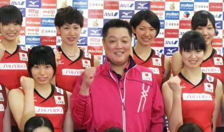 記者会見でポーズをとる、バレーボール女子日本代表の真鍋監督(中央)、主将の木村(前列右)ら=19日、東京都北区
