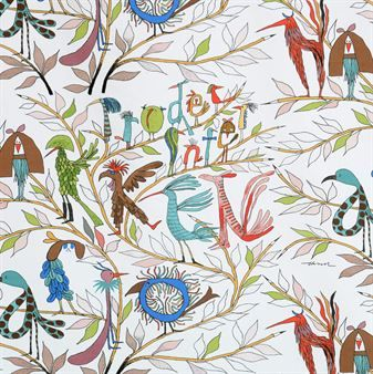 Det charmiga Fåglarna berättar tyg från Almedahls har ett roligt mönster som designades av Olle Eksell på 1960-talet. Olle Eksell var en svensk illustratör och han älskade att rita fåglar och pennor. Fåglarna på tyget bildar olika bokstäver och ord och det är svårt att sluta titta på alla detaljer! Perfekt som gardiner, kuddfodral eller kanske som en snygg väggdekoration.
