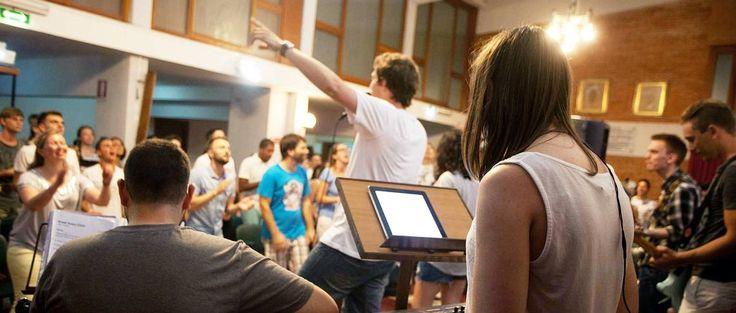 ITALIA: Elleville ungdommer lovsynger Gud med full trøkk, dans – og dramateam gjør sine forberedelser, og «power-teamene» lærer om forbønn for syke og tjeneste i Åndens kraft og Guds kjærlighet.