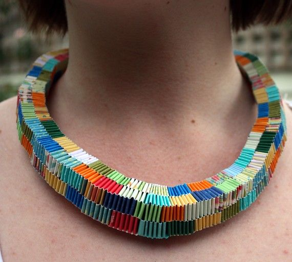 paper necklace Gelukkig hoor ik tot de generatie die nog op de kleuterschool muizentrapjes heeft leren vouwen.