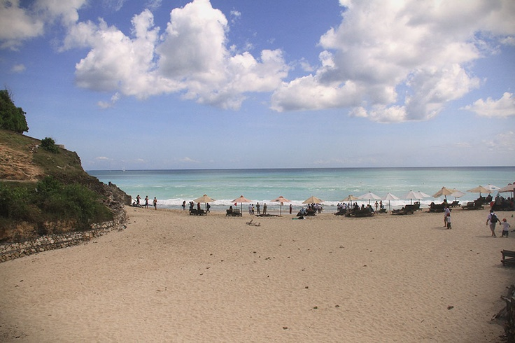 An exotic beach in the fabled island of Bali located in the rocky hills of Jimbaran, Dreamland beach has become a favorite vacation place for surfing, swimming, or to witness the fascinating sunset.