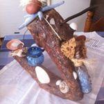 Ξύλο διακοσμητικό σε τρίποδο διακοσμημένο με κοχύλια φυσικό σφουγγάρι αστερία σε μπλε κοχύλια και κρεμαστό καντηλέρι για ρεσω