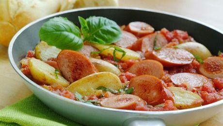 Med noen kokte poteter fra en tidligere middag, kjøttpølser og hermetiske tomater blir det middag på 1 - 2 - 3.