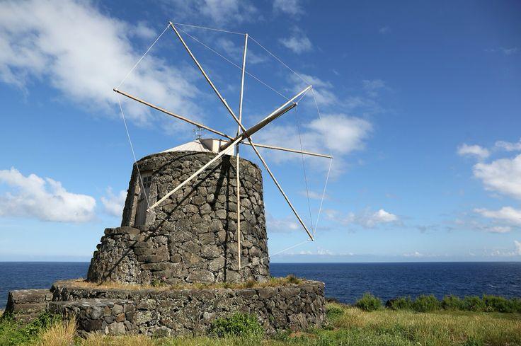 #PróximaParagem Corvo Conheça as ilhas mais a ocidente do arquipélago dos Açores, onde, por entre cascatas de cortar a respiração e uma luxuriante vegetação, se vive o silêncio e a tranquilidade, tão raros nos dias de hoje. Viaje com a Azores Airlines até aos Açores e aos seus inúmeros encantos.   #Corvo #Flores #VisitAzores #AzoresAirlines