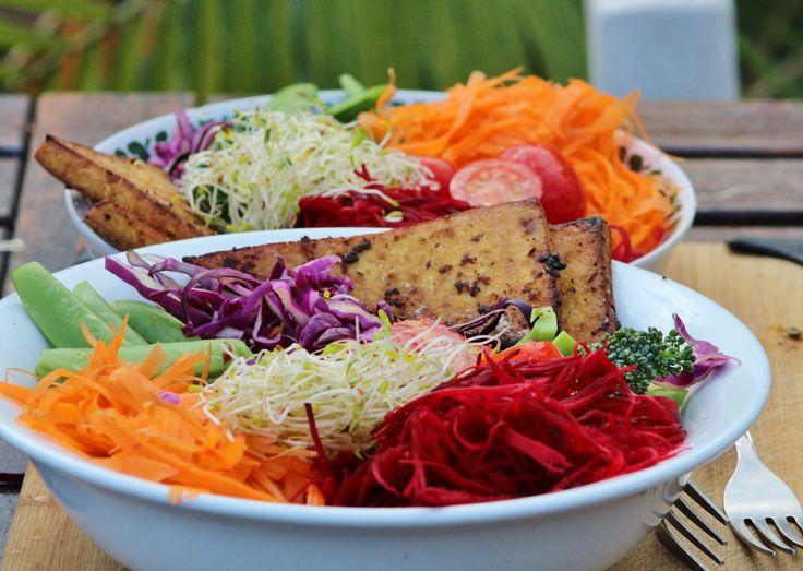 Le Bol Dragon est un classique de la cuisine végétalienne, notamment servi au Restaurant Aux Vivres sur St-Laurent à Montréal. Ingrédients : - Riz brun complet - Plein de légumes aux choix: bettera...