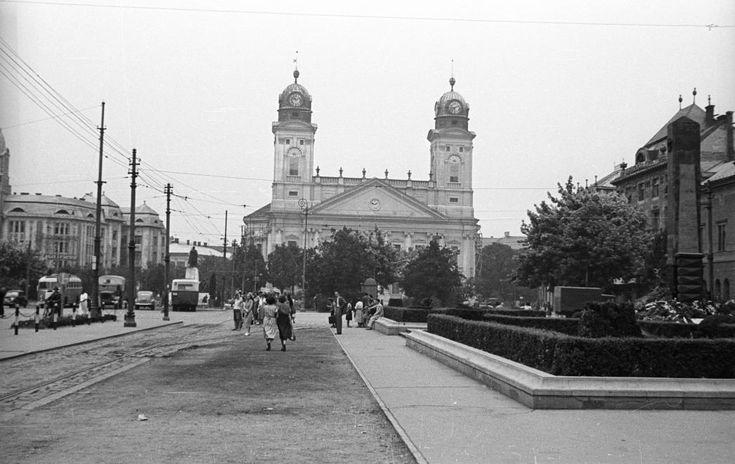 Piac utca, háttérben a Református Nagytemplom.