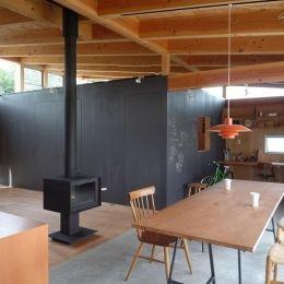 群馬県太田市・芝屋根住宅-1|mat houseの部屋 土間のリビングダイニング