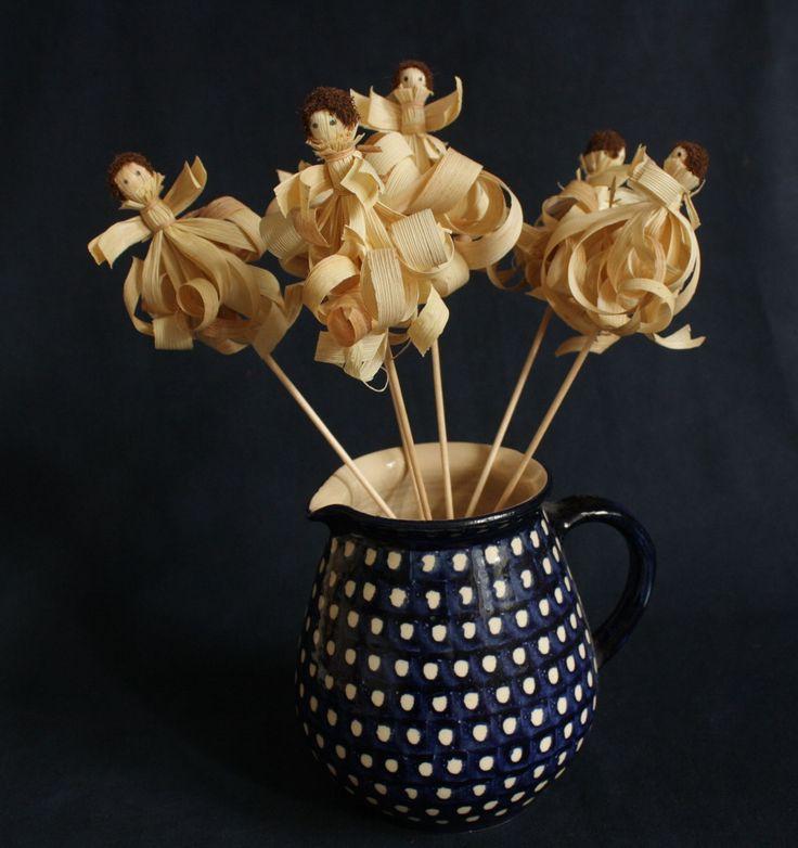 Ozdoba z kukuřičného šustí zápich - andělíček 3 Stylizovaná ozdoba vyrobená z běleného kukuřičného šustí. Figurka je připevněna na špejli a určena k zápichu do květináče. Tyto figurky jsou vhodné i k dozdobení Mikulášské punčochy. Výška figurky je cca 9 - 11 cm, celková délka včetně špejle je cca 30 cm Jednotlivé figurky se mohou lišit v drobných ...