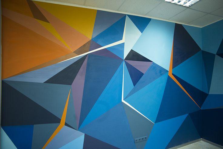 Геометрический рисунок на стене офиса делает его креативным