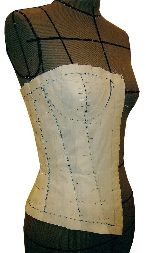Foto da moulage do corset, realizada por Marilene Veiga, fundadora da CoutureLab