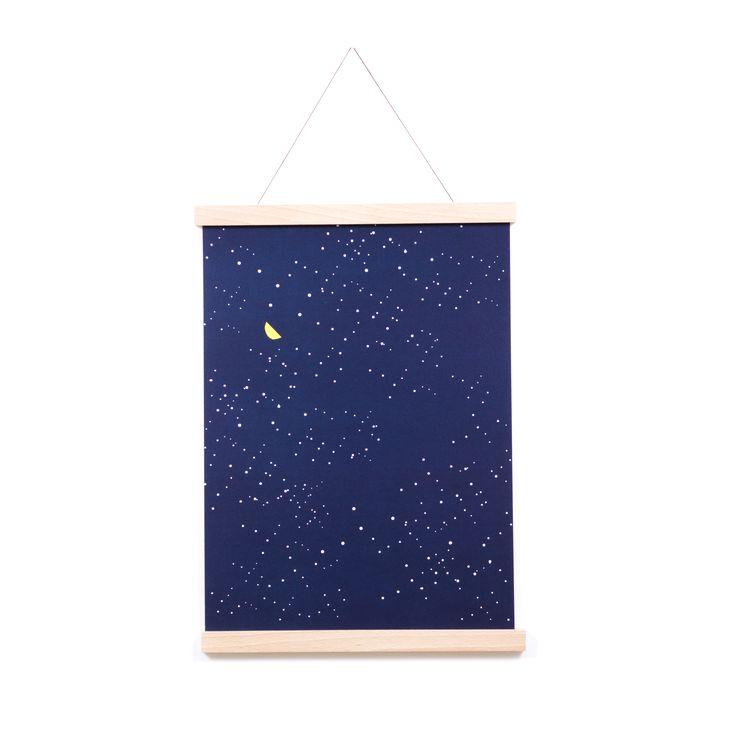 Poster MAAN is gedrukt op 300 grams A3 papier van Hollandse bodem. Hij hangt op deze foto in een magnetisch frame van beukenhout. Een knappe meubelmaakster zaagde ze van resthout uit haar werkplaats. Wij bevestigden er oersterke magneetjes en mooi draad in, waar je poster - of straks een ander kunstwerk - goed tot z'n recht komt.