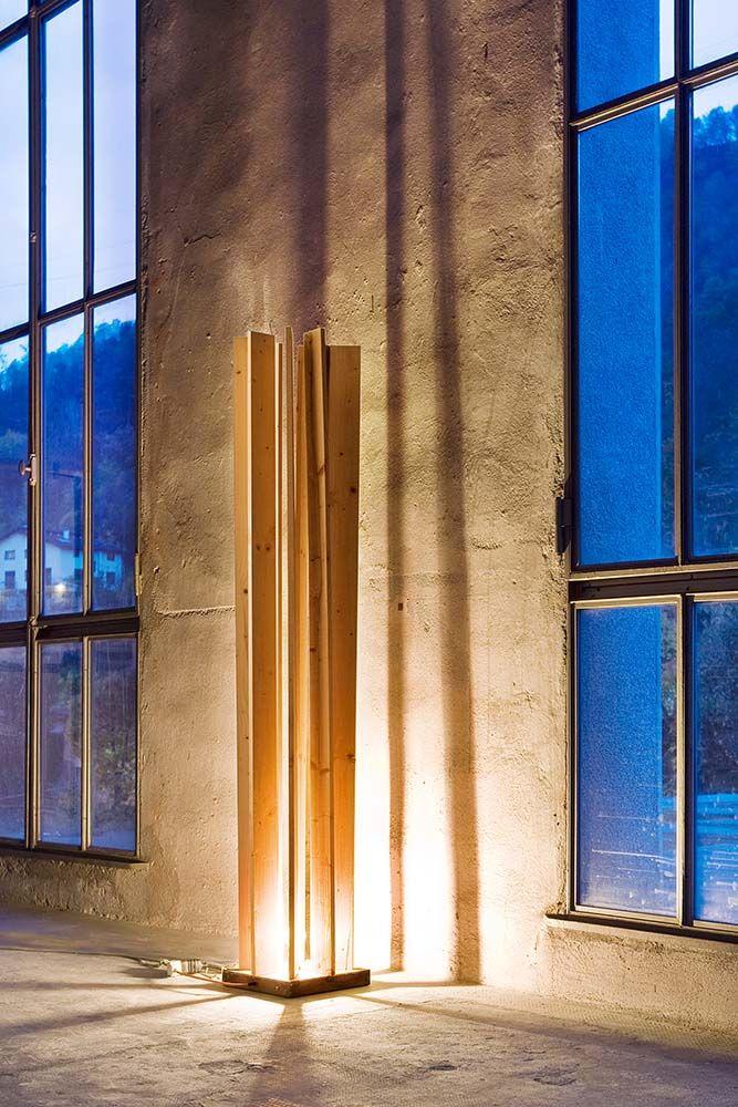 Le lame proiettano lunghe ombre su queste pareti irregolari