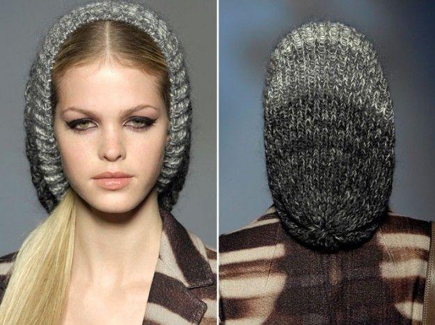 Cappello+di+lana+grigio - Cappello+di+lana+grigio%2C+proposto+con+varie+tonalit%C3%A0+di+questo+colore%2C+che+scende+delicatamente+sui+capelli.