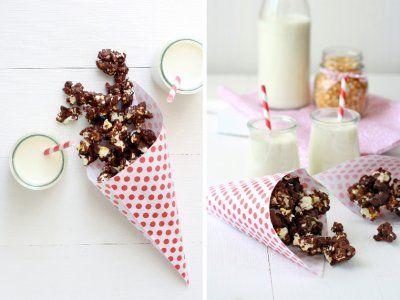 Receta de Palomitas de Chocolate Amargo   Las palomitas con chocolate negro, es la perfecta botana para una tarde de películas, puedes prepararlo con chocolate blanco o chocolate de leche.