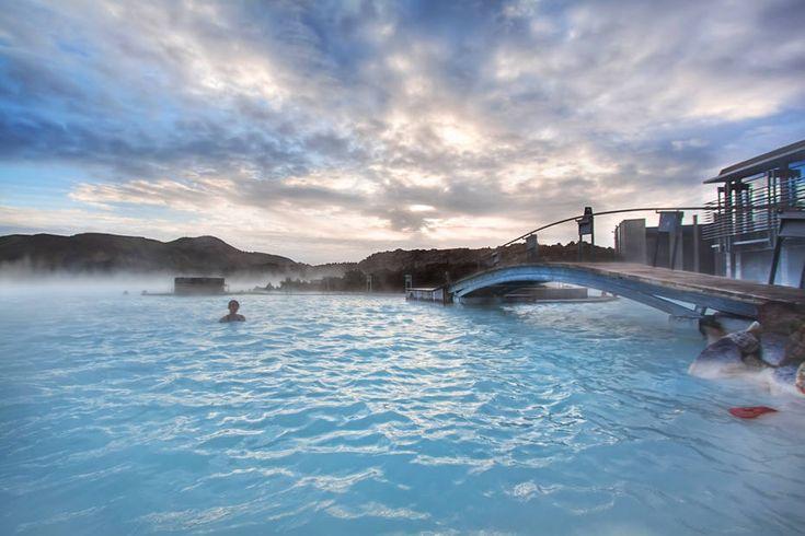 Divulgação - A Blue Lagoon faz parte de um spa localizado no sudoeste da Islândia. Apesar de construída pelo homem, a lagoa é abastecida com água quente rica emminerais como sílica e enxofre. É dito que banhar-se na Blue Lagoon ajuda algumas pessoas que sofrem de doenças de pele, como psoríase.