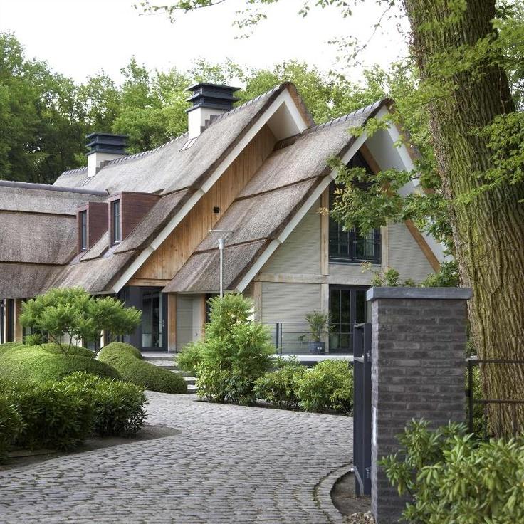 De prachtige oprijlaan geeft deze villa net dat beetje meer. #inspiratie #tuinen