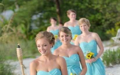 Matrimonio in spiaggia, come vestirsi? Consigli per l'invitata [FOTO] - Scegli il tuo abito da cerimonia per il matrimonio in riva al mare, colorato e chic, per un look da invitata sbarazzino e originale.