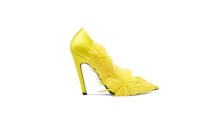 Туфли французского брендаBalenciaga выполнены из блестящего, насыщенно-желтого атласа. С боку обувь декорирована пушистыми перьями. Яркая пара хорошо сочетается с брюками из денима или яркой юбкой из струящихся тканей.
