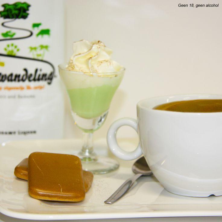 Dutch coffee, een heerlijk kopje koffie met een borrelglas gevuld met Boswandeling. Om het af te maken kun je de Boswandeling aftoppen met een toefje slagroom en een beetje cacao!