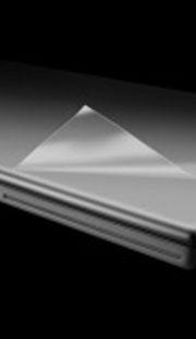 Podczas wykonywania serwisu zewnętrzne powierzchnie mogą ulec zarysowaniu lub zabrudzeniu. Najwyższy gatunek folii i zastosowanie kleju akrylowego nie pozwala na pozostawienie śladów po odklejeniu folii. Proste do nałożenia i łatwe do usunięcia. Możliwość dostarczenia folii konfekcjonowanej o różnych szerokościach.