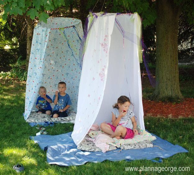 Met een hoelahoep en een douchegordijn.. Kunnen deze tenten ergens hangen op het schoolplein? Of in de klas?