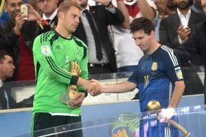 Der beste Torwart des Turniers, Manuel Neuer, gratuliert Lionel Messi, dem besten Spieler der WM. An dessen Ehrung hatte selbst Argentiniens Legende Maradona Zweifel