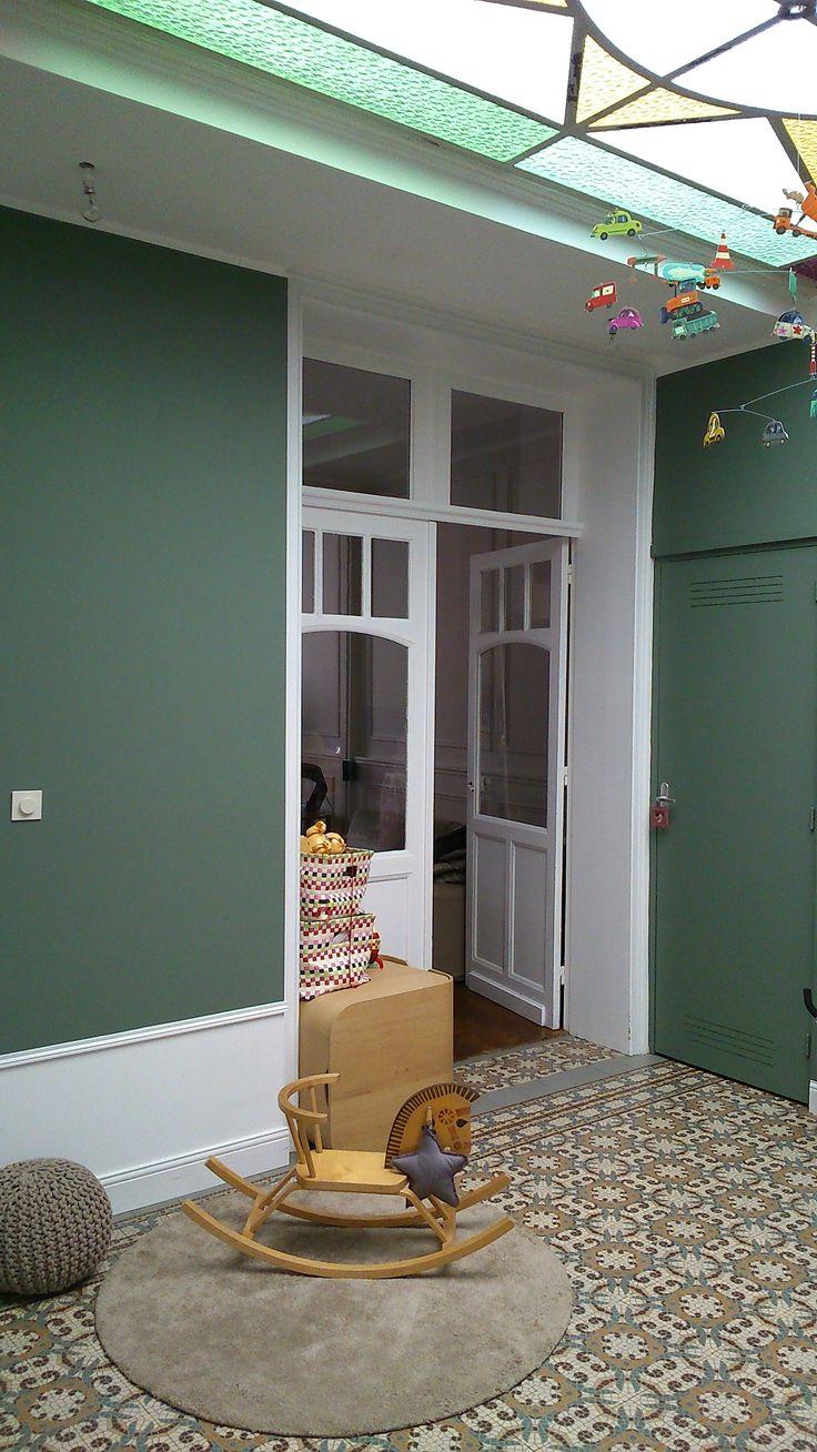APRES - Salle de jeux / Mise en valeur du carrelage d'époque par le choix de la couleur (Peinture velouté Vert de gris, Flamant). Création d'un sous-bassement avec moulures.