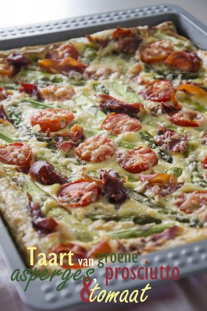 Taart van groene asperges met prosciutto en tomaat