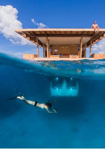 Aus dem Hotelzimmer raus, eintauchen und sein Zimmer von außen bestaunen: Im Manta Resort ist das möglich