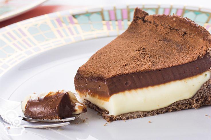 a mistura de chocolate preto com chocolate branco deixa essa torta bicolor…