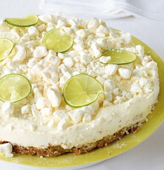 Limetten-Frischkäse-Torte: Knuspriger Boden, erfrischende Creme und süße Baiserstücken machen aus dieser Torte einen Tortentraum.