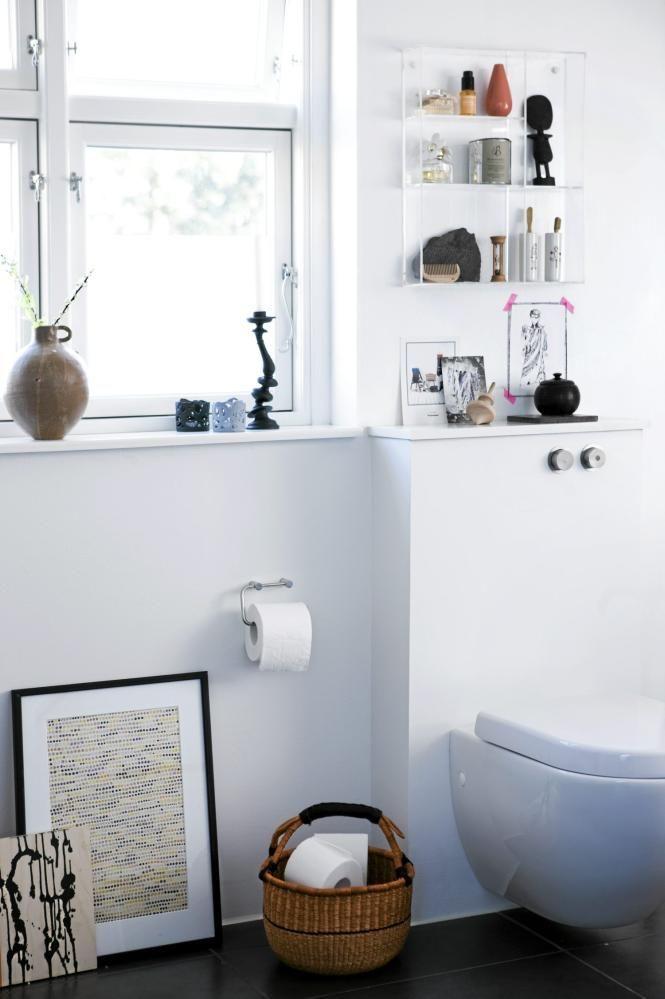 Litt dekorasjon på badet er ikke å forakte, spesielt ikke når badet i utgangspunktet er hvitt og enkelt innredet. Over toalettet er det festet hyller for oppbevaring av baderommets nødvendigheter, samt litt pynt.