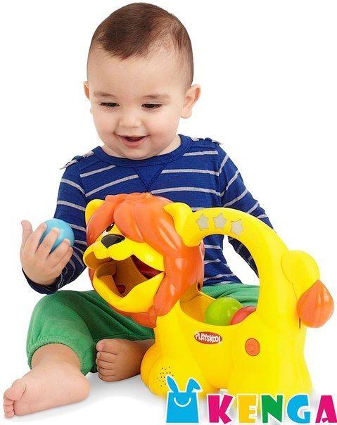 Погремушка «Веселый львенок» цена: 5 300 KZT код товара: H 98694 производство: Hasbro возраст: 9 мес. + Hasbro Playskool «Веселый Львенок» поможет малышу в развитии навыков мелкой моторики. А еще научит его считать на 3 языках помимо русского. Игра очень проста: ребенок забрасывает шарики животному в рот, а он начинает называть цифры. Когда мячики будут внутри, львенок издаст веселый звук.