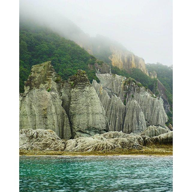 【ice_revontulet】さんのInstagramをピンしています。 《Misty Hotokegaura,  even so,  the water looked incredible!  仏ヶ浦, 曇っていても綺麗でした。  #仏ヶ浦 #海 #空 #山 #岩 #森 #霧 #曇 #海岸 #青森 #hotokegaura #ocean #sky #mountain #rocks #forest #mist #fog #beach #aomori #clouds》