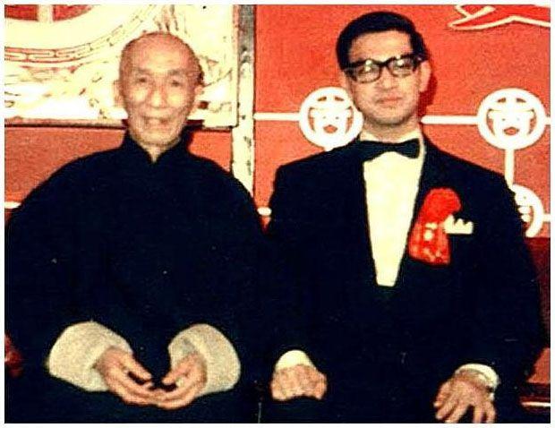 A Wing Tsun jelentése gyönyörű tavasz, így hívták azt a kínai lányt, akiről a stílus kapta a nevét. A kung-fu ezen ága az egyetlen olyan ősi kínai harcművészet, melyet egy apáca hozott létre, több száz évvel ezelőtt. Az alapító, Ng Mui, apáca, azaz Shaolin-harcos papnő volt. Mikor a kolostort Lee Pa Shan áruló segítségével felgyújtották, csupán öt mesternek sikerült elmenekülnie, s kimenekítenie harcművészeti tudását.