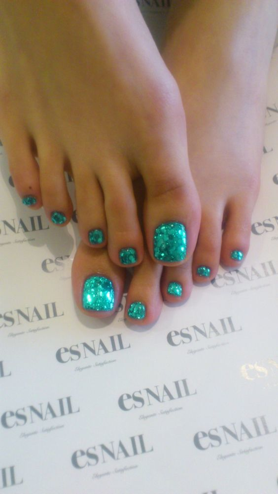 These toes remind me of a mermaid! #MermaidToes #Pedicure #NailArt #GreenNails #GlitterNails