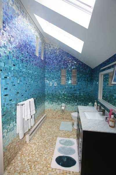 Ladrilhos brilhantes de banheiro que se assemelham com uma praia | 36 Coisas que você obviamente precisa na sua nova casa