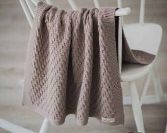Este corazón de encaje punto manta de lana de merino 100% es perfecto para tu precioso bebé o como un regalo. Mano punto tiro Manta es increíblemente suave, elástica y sin duda envolverá al bebé en la calidez y el amor. El tamaño perfecto para una cuna, cochecito, cuna o dondequiera que usted quiere añadir un poco de calidez y estilo. Hace hermoso Bolero hecho a mano para recién nacidos fotos, ocasiones especiales y ceremonias, sería un maravilloso regalo para una mamá esperando o nuevo, o…