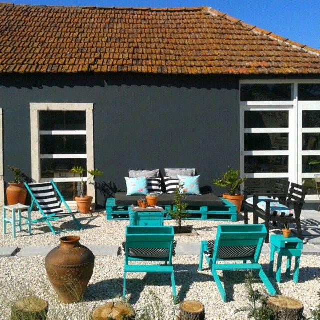 Jardin turquoise avec des meubles recyclés et palettes