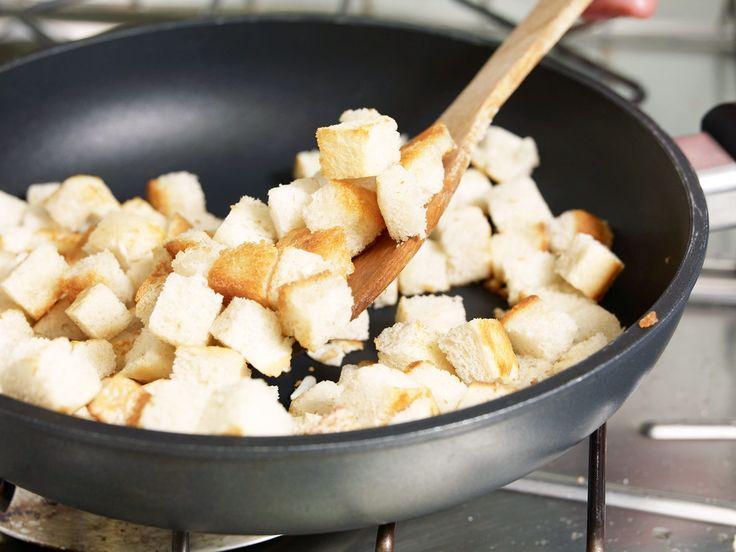 Croûtons sind ein tolles Topping für Suppen und Salate und unkompliziert in der Zubereitung. Wir zeigen Ihnen, wie Sie Croûtons einfach selber machen.