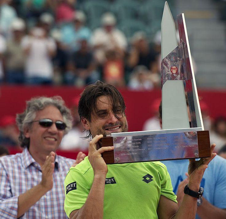 Este es el campeón con tenis en Argentina. Este a Argentina Open. Él gané el premio.