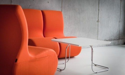 Para spinaczy ukryta w wąskich kieszeniach pozwala na szybkie i łatwe łączenie puf dzięki czemu możliwe jest tworzenie zmiennych układów aranżacji wnętrz. Wzmocniona kieszeń w płaszczyźnie bocznej puf oferuje dodatkowe miejsce dla przechowywania np. prasy w poczekalniach, klubach i innych miejscach spotkań.  SITI : SITAG krzesła i fotele biurowe, fotele obrotowe, krzesła konferencyjne, fotele gabinetowe