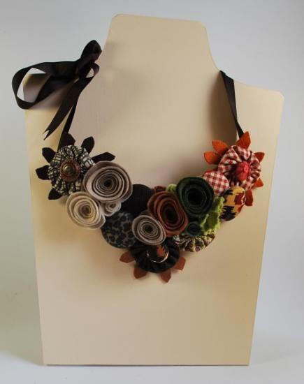 Collar realizado a mano en distintas texturas y materiales, fieltro, tela, botones y piel