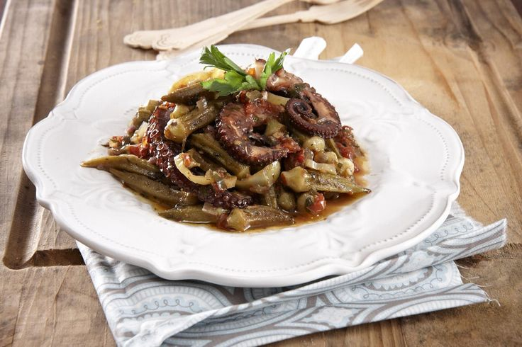 Οι κρητικοί μαγειρεύουν τις μπάμιες με ροφό, αλλού στην Ελλάδα θα τις βρεις με πεταλίδες ή καλαμαράκια. Γεγονός είναι, πως η μπάμια -φρέσκια ή κατεψυγμένη- παντρεύεται ιδανικά με τις θαλασσινές γεύσεις.